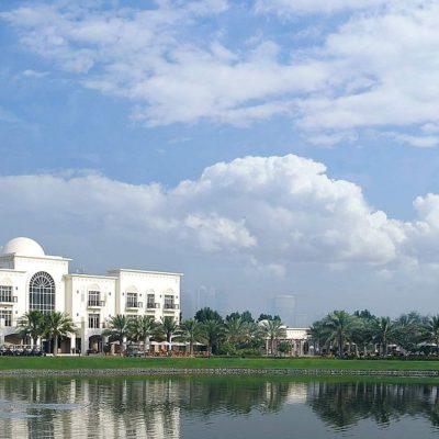 The Adress Montgomerie Dubai, Gebäude mit Golfplatz, See und Springbrunnen