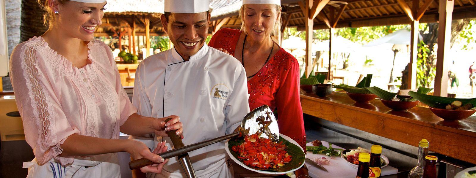 Gäste und Koch auf Bali kochen traditionell (Matahari)