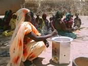 Eine Afrikanische Frau kocht in einem klimafreundlichen Atmosfair-Holzvergaser