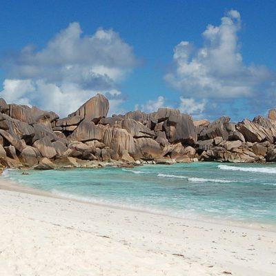 Grand Anse, Seychellen, Strand mit Felsen und Pflanzen
