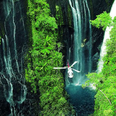 La Réunion Dschungel, Canyon mit Wasserfällen mit Helikopter in der Mitte