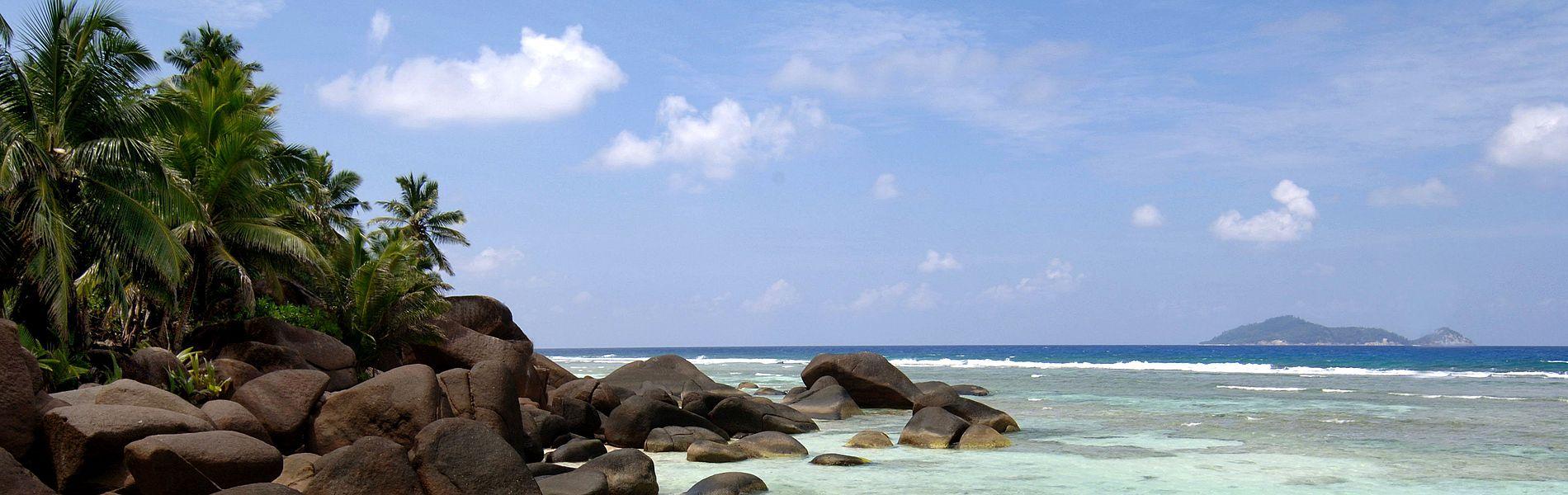 Strand der Seychellen, Hilton Labriz und Silhoutte Natruschutzgebiet im Hintergrund