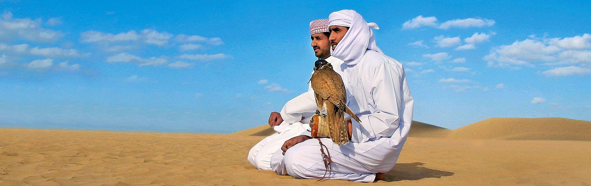 Zwei Arabische Falkner in Traditioneller Kleidung, in der Wüste