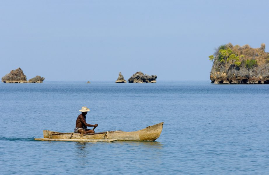 Pirogue/Auslegerkanu vor Felsformationen, Anjajavy Madagaskar