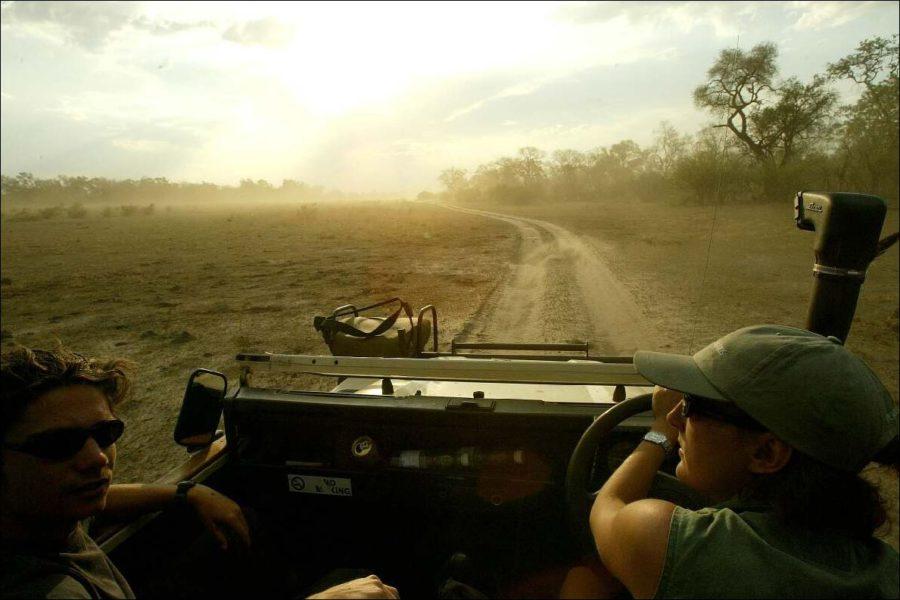 Zwei Guides in einem Jeep im Okavango