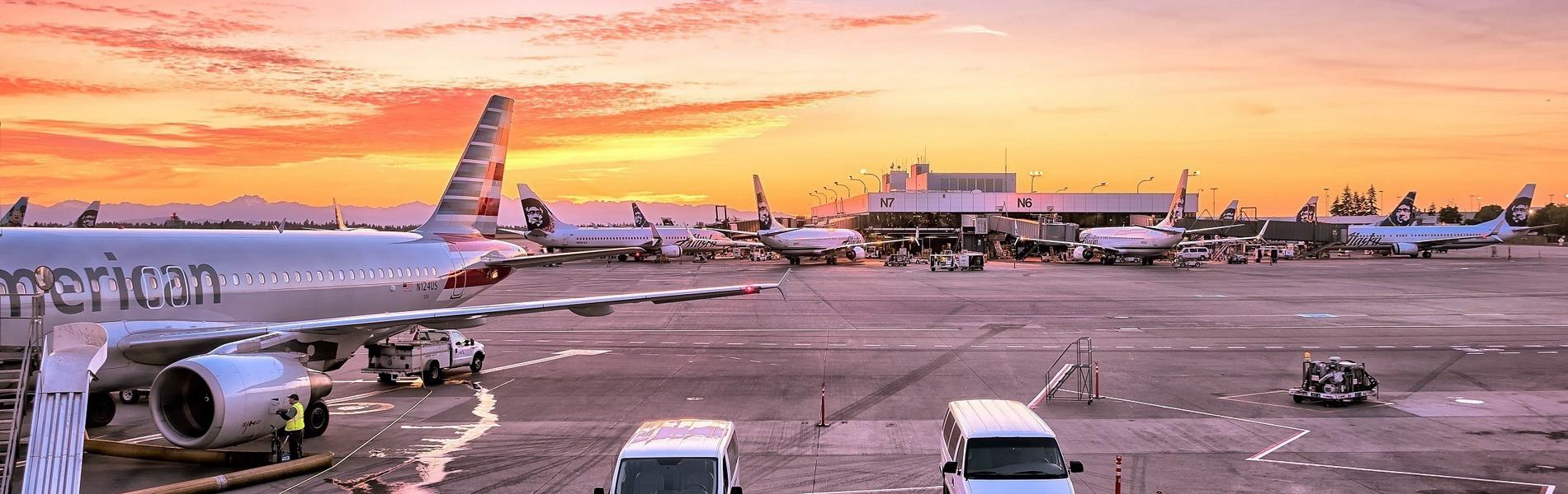 Angedockte Flugzeuge am Flughafen, CC0 Creative Commons
