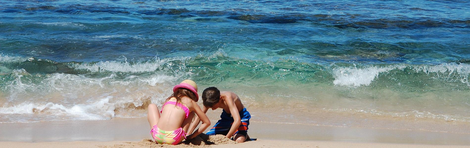 Junge und Mädchen spielen am Strand, CC0 Creative Commons