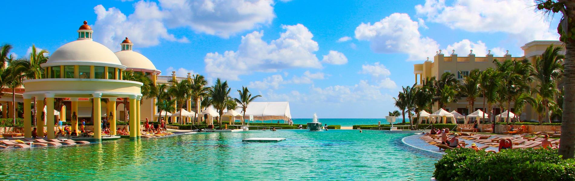 Pool eines Hotels, Meer im Hintergrund