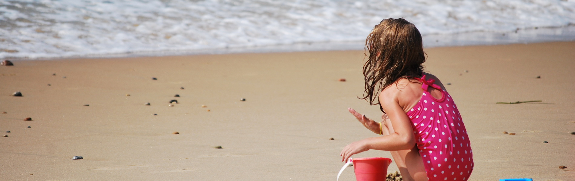 Kind spielt am Strand, CC0 Creative Commons