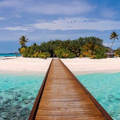 Steg und winzige Malediveninsel, Photo by Mohamed Thasneem on Unsplash