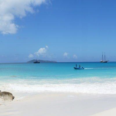 Strand auf den Seychellen, mit Fischerboot und Segelschiff, CC0 Creative Commons