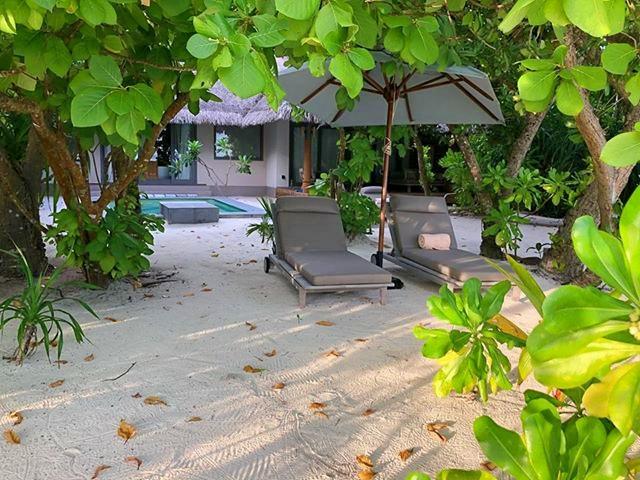Heike Greshake Vakkaru Beachvilla: Strand, Dschungel, Strandliegen und Villa