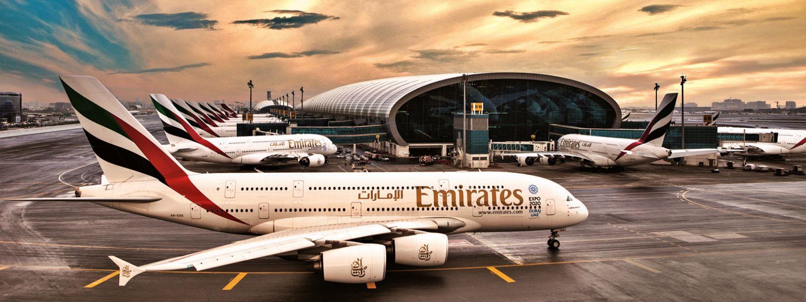 Flughafen Dubai mir mehreren Flugzeugen der Emirates