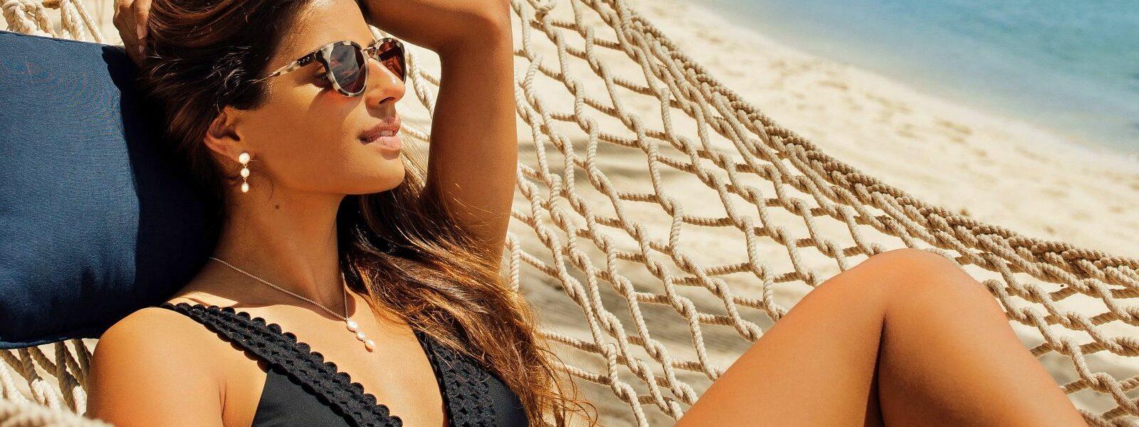Dame sonnt sich mit nachhaltiger Sonnencrem am Strand von Mauritius