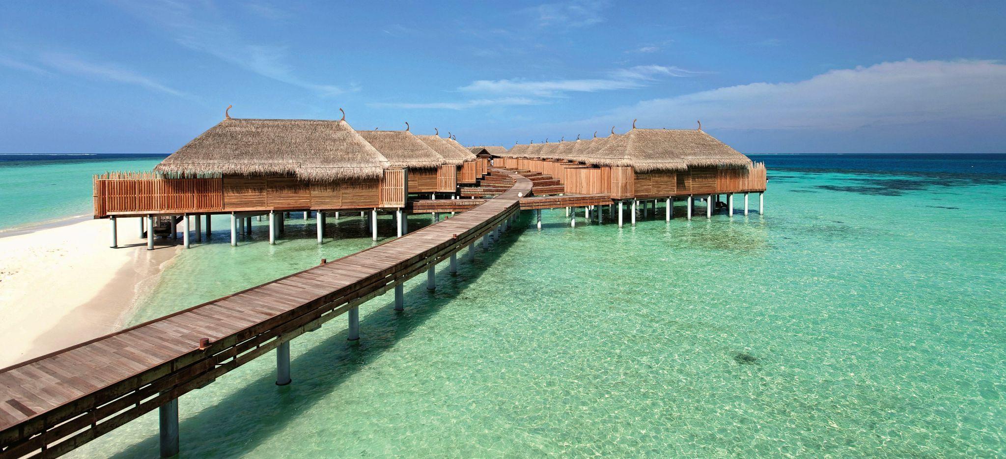 Mehrere Wasservillen in der Lagune der Malediveninsel Constance Moofushi