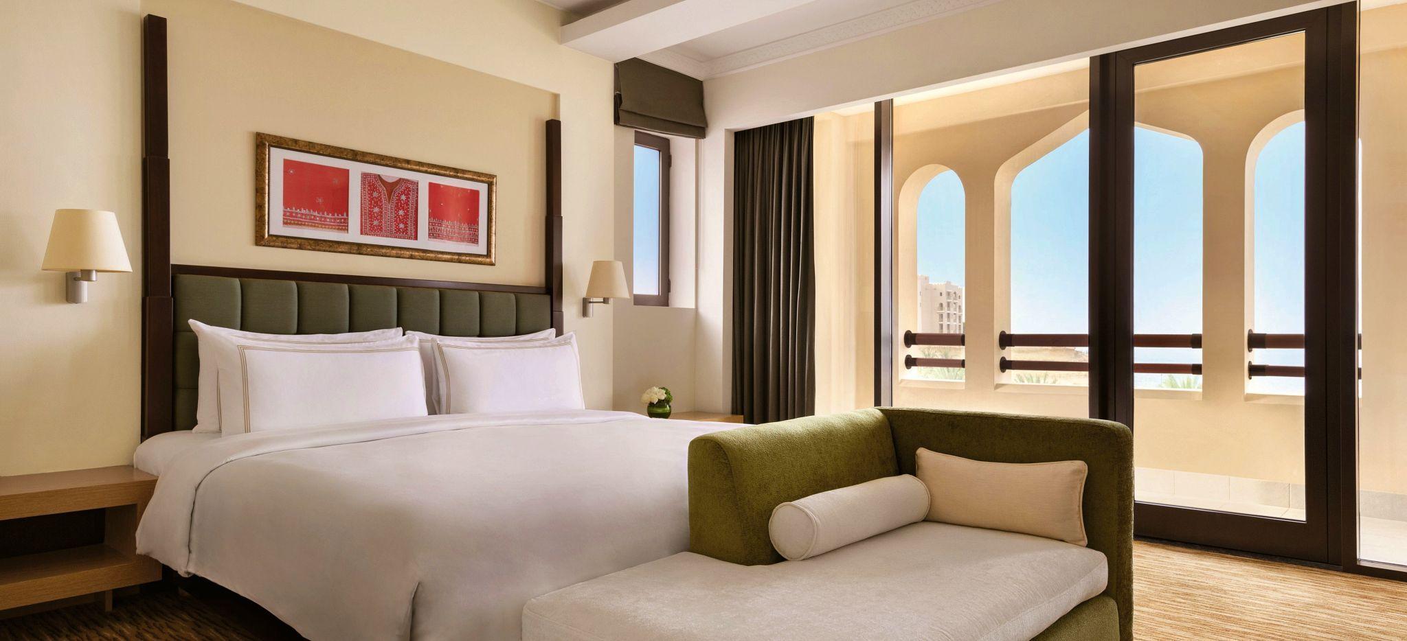 Das ausladende Schlafzimmer der Specialty Suite des Shangri-La Barr al Jissah Al Bandar Resorts