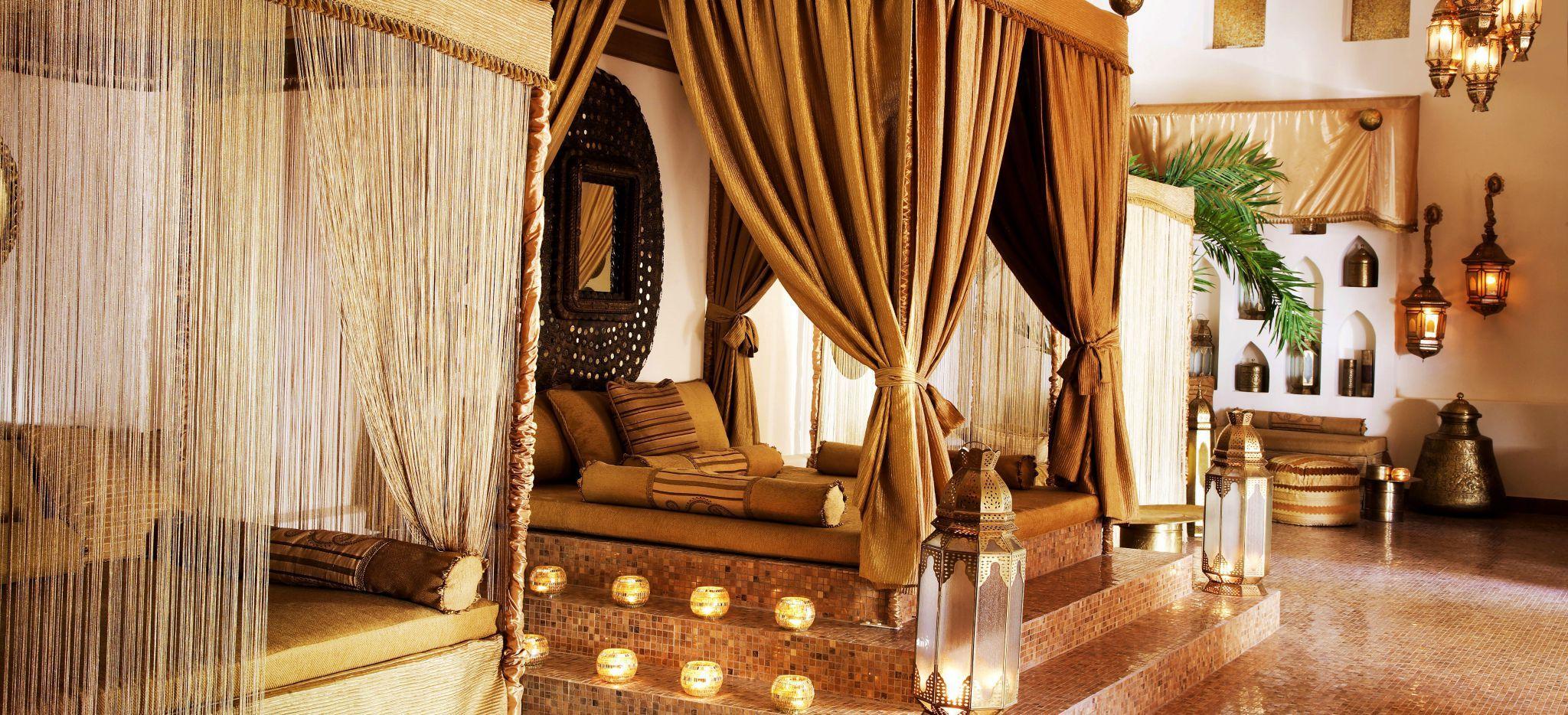 Ein sansibarisch-Omanisches Himmelbett in einer Wellness-Anlage