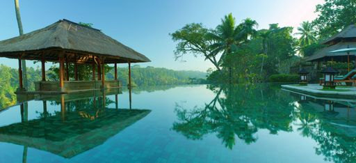 Der Pool des Hotels Amandari, mit Pagode und Dschungel im Hintergrund