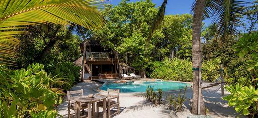 Eine Villa mit privatem Pool, von tropischer Natur umgeben