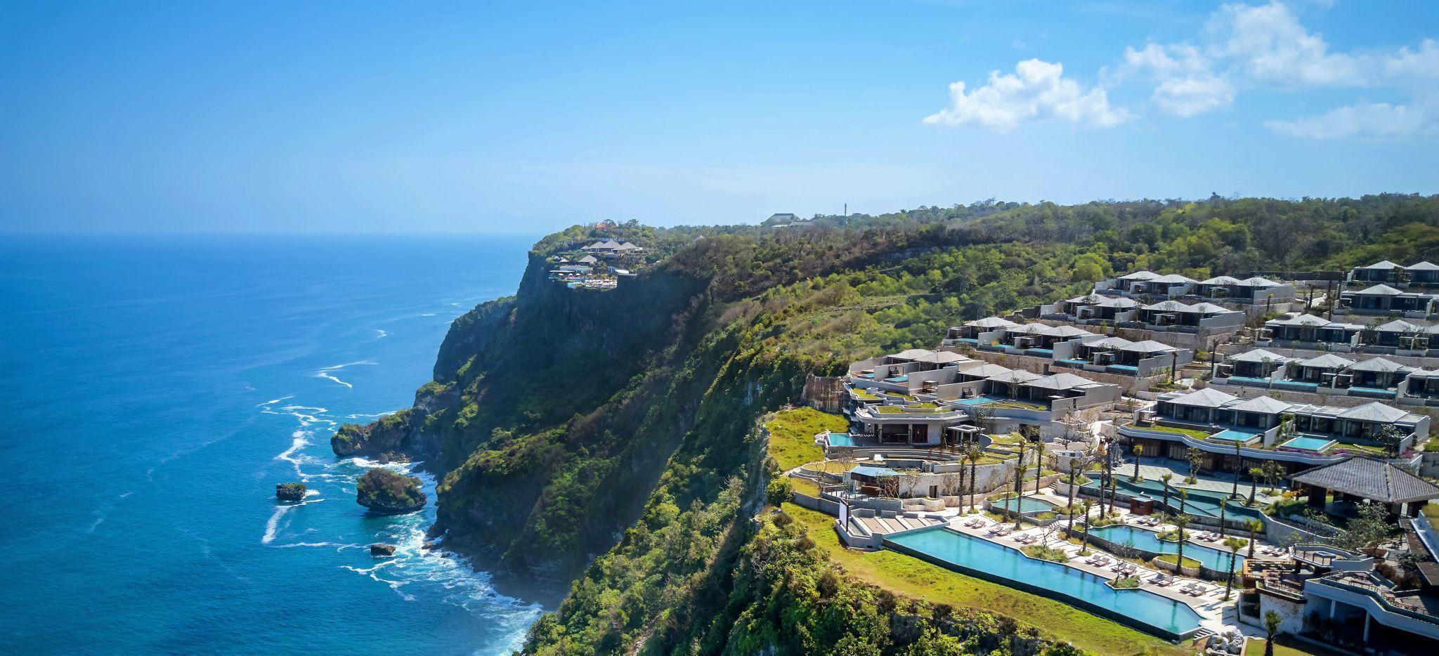 Luftaufnahme des Hotelgeländes des Six Senses Uluwatu auf Bali tagsüber
