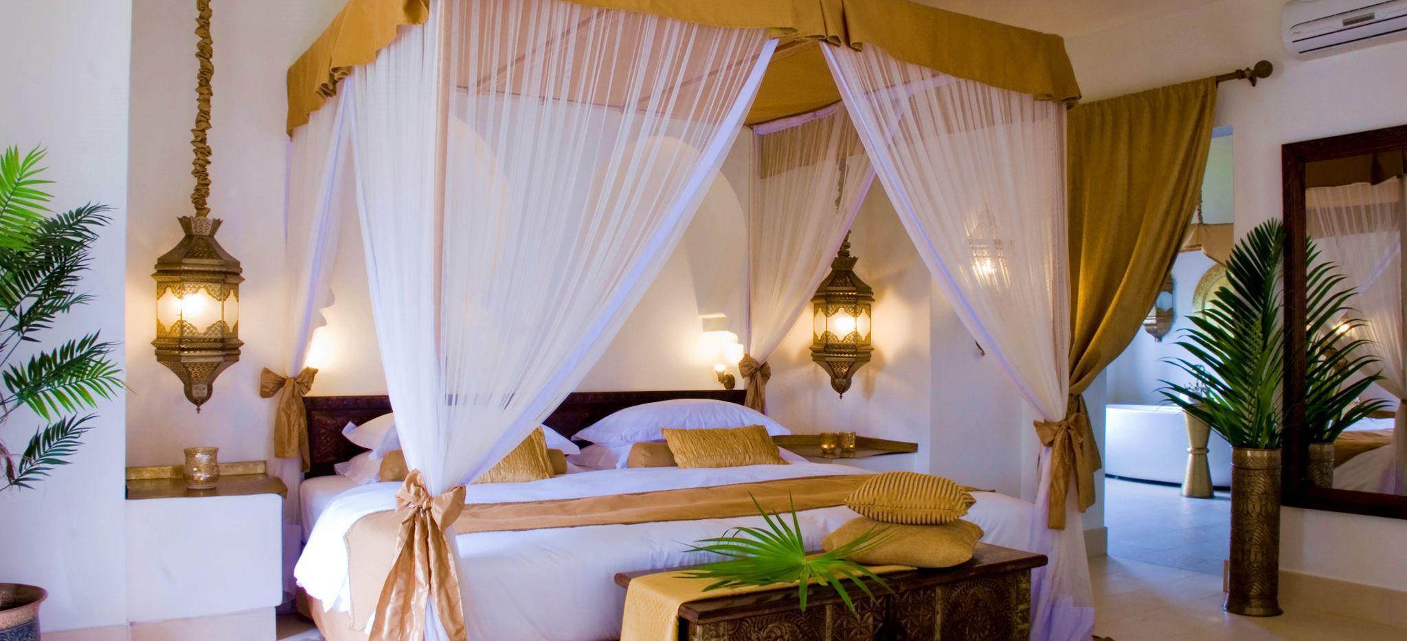 Ein Helles Schalfzimmer mit einem arabischen Himmelbett