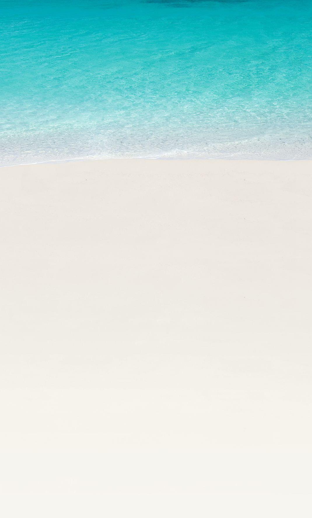 """Sprung zu Ankerpunkt #home-below. Key Visal von Trauminsel Reisen, Strand von Constance Tsarabanjina, Madagaskar, Weißer Sand und Türkises Meer, Sonnenschirm und zwei Strandliegen aus Reißig. Logo: """"Trauminsel Reisen - Nothing compares."""""""