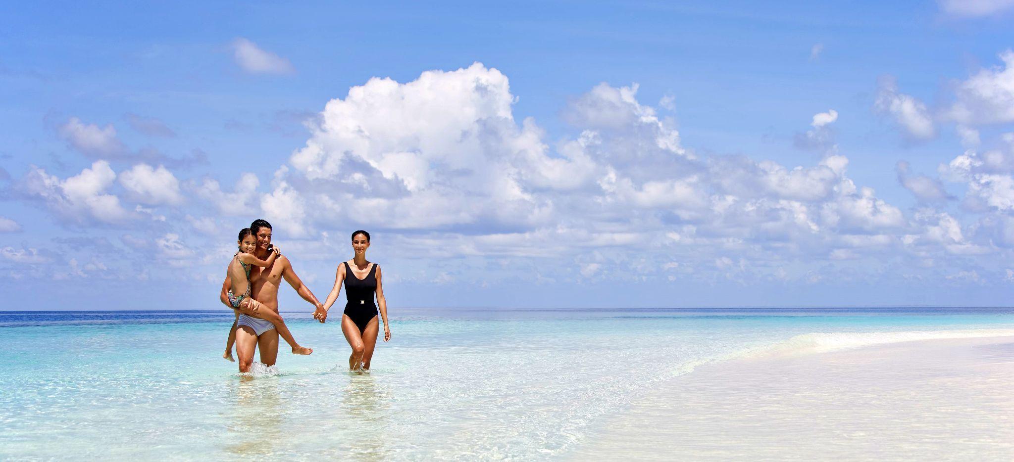 Eine Familie am Strand des Hotels Conrad Rangali Maldives
