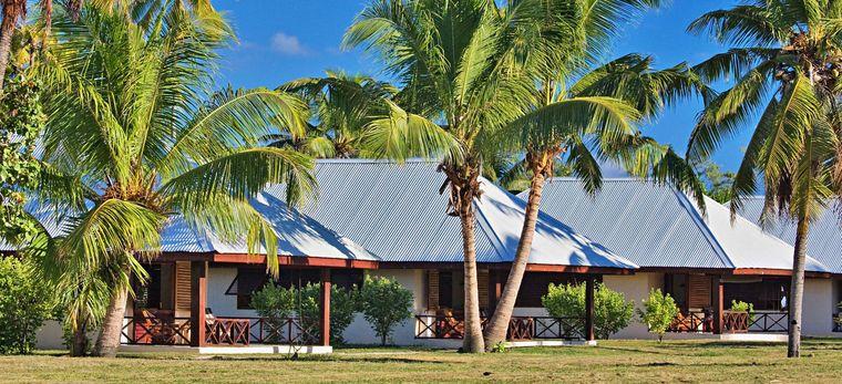 Einige seychellische Häuser auf der Insel Bird Island