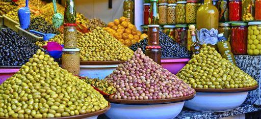Oliven auf einem Markt in Marrakesch
