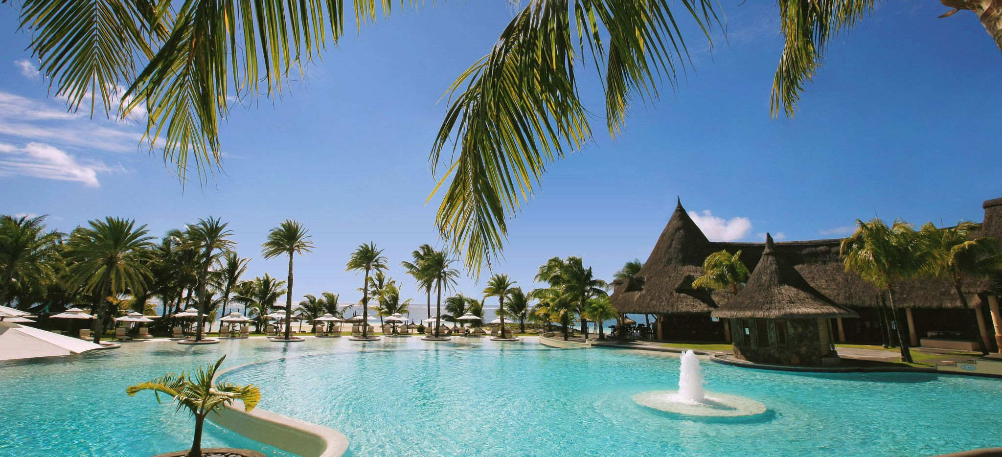 Ein weitläufiger Hotelpool, Palmenumsäumt