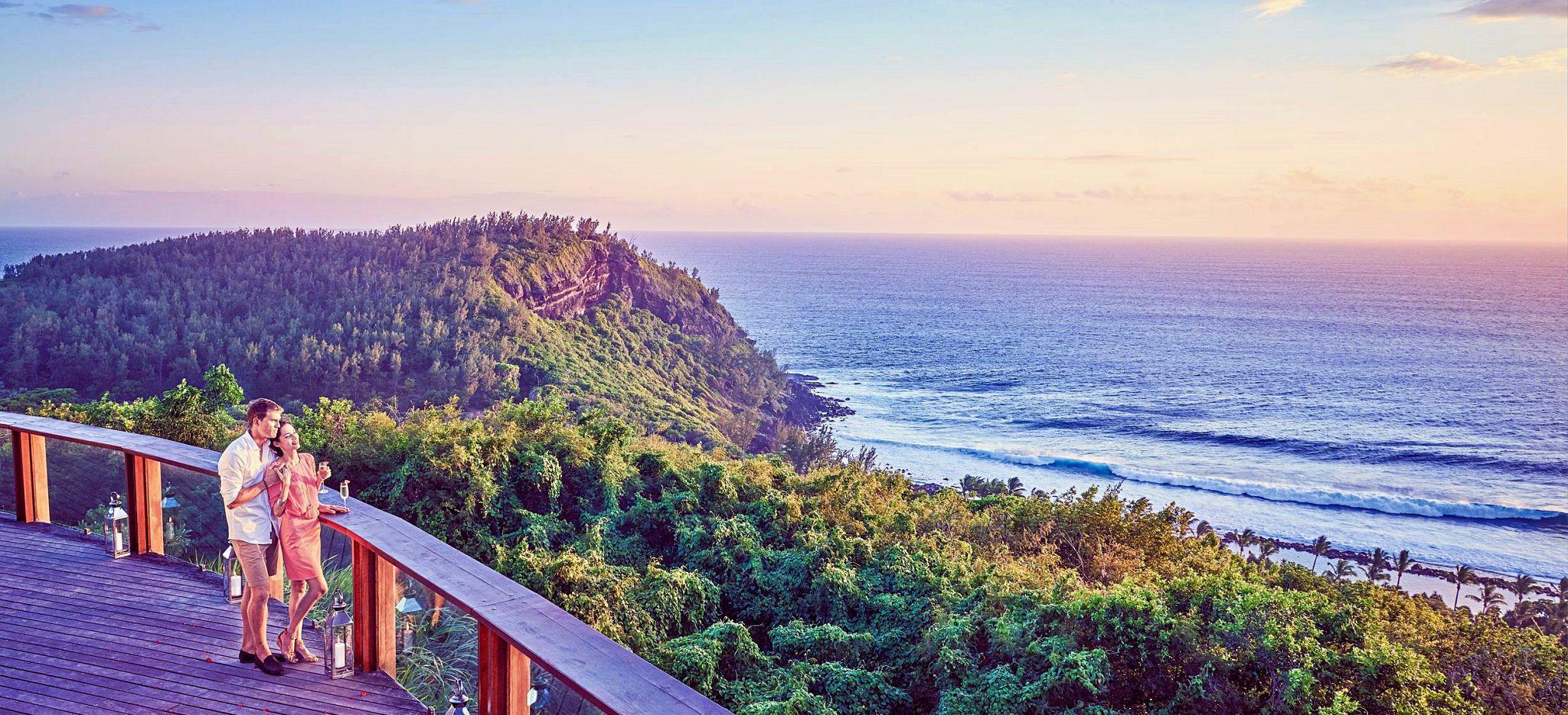 Ein paar steht an einer Veranda mit Blick auf das Meer auf La Réunion