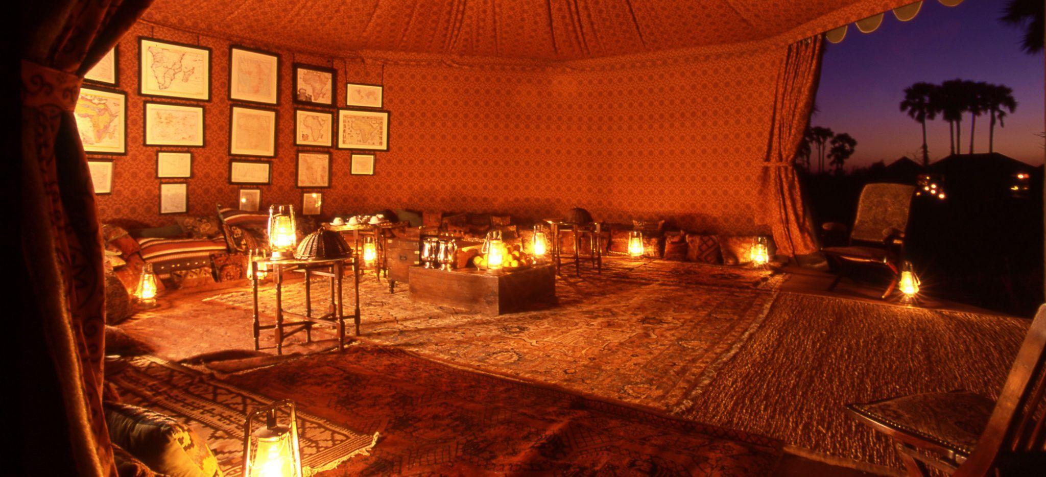 Mit Teppichen ausgelegtes Teehaus bzw. Zelt in Jack's Camp in Botswana
