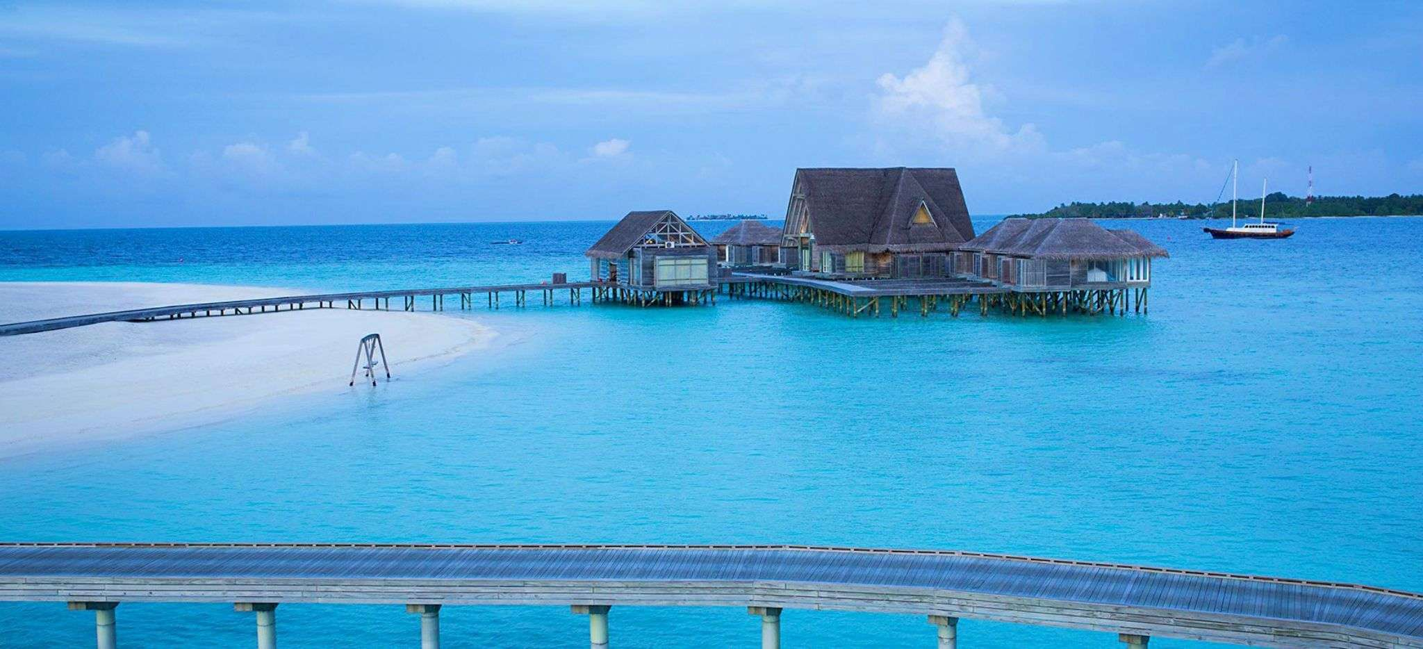 Das Spa des Hotels Anantara Kihava über der Lagune der Malediveninsel