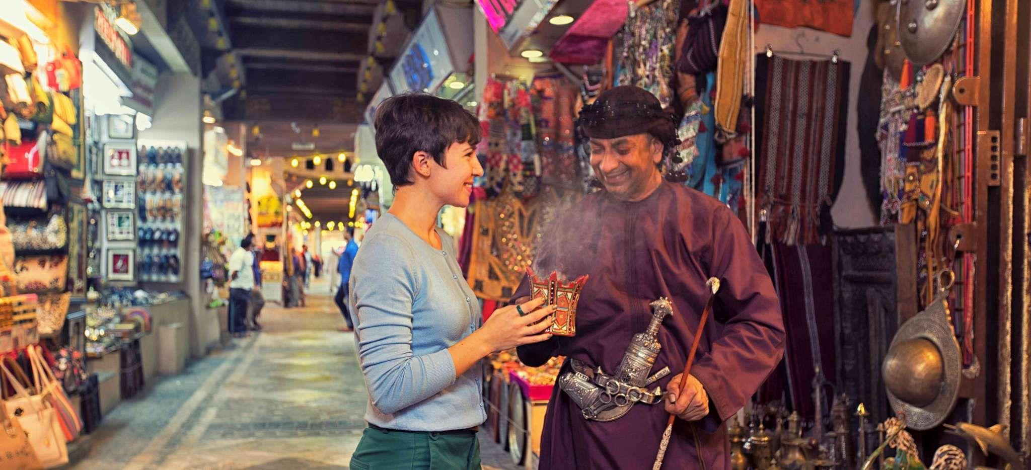 Frau verhandelt mit Mann über Weihrauch auf dem Basar Muttrah in Muskat, Oman