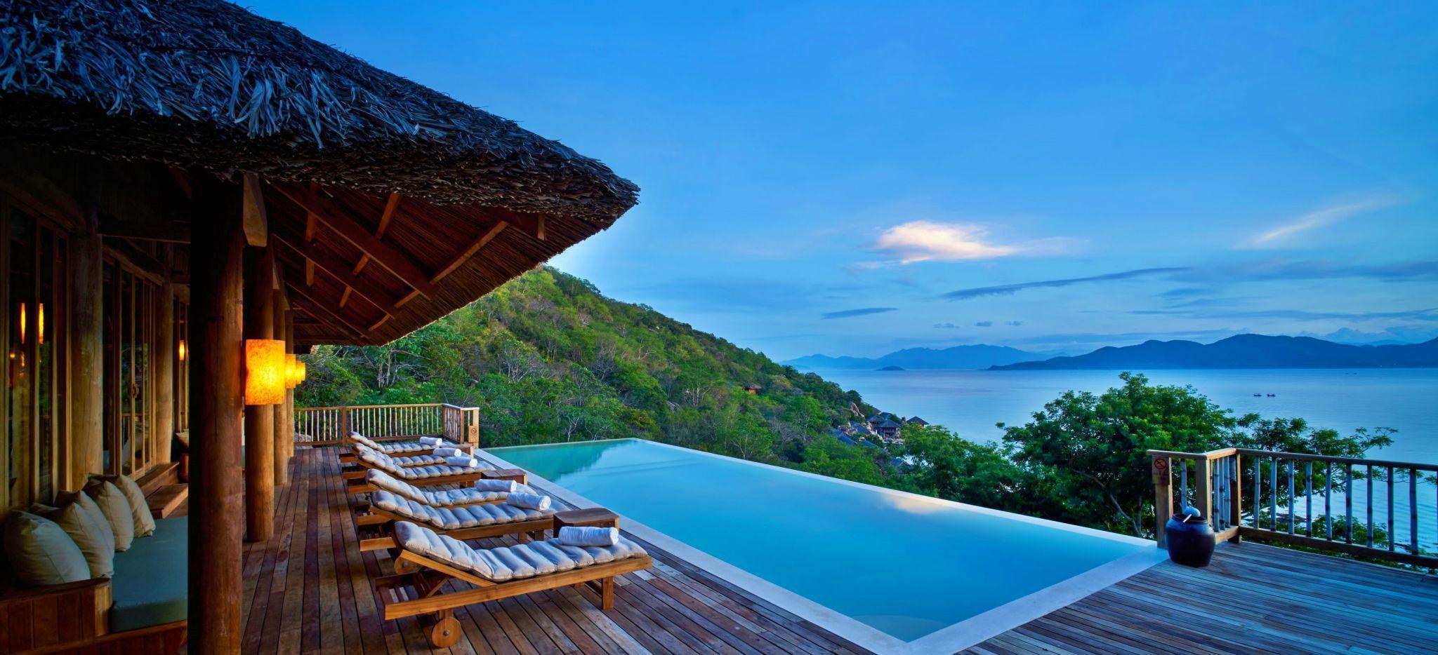Eine große Terrasse mit einem privaten Pool mit Blick über die umgebenen Hügel und das Meer