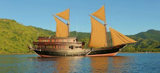 """Aufnahmen der Yacht """"Alila Purnama"""", mit Küste im Hintergrund, Indonesien"""