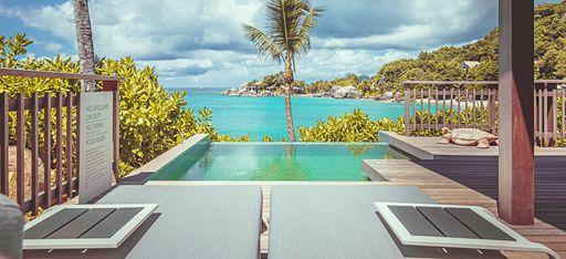 """Terrasse """"Ocean View Pool Chalet"""" mit Blick auf das türkise Meerwasser"""