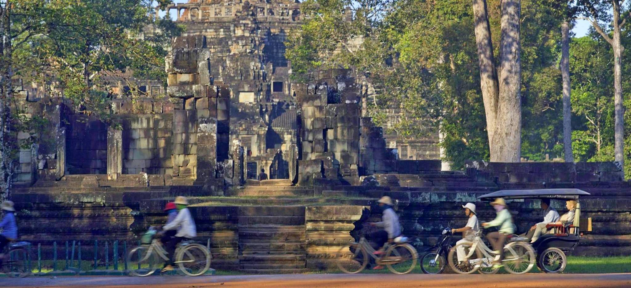 Radfahrer vor dem Kambodschanischen Tempel Angkor Thom, nahe dem Hotel Amansara