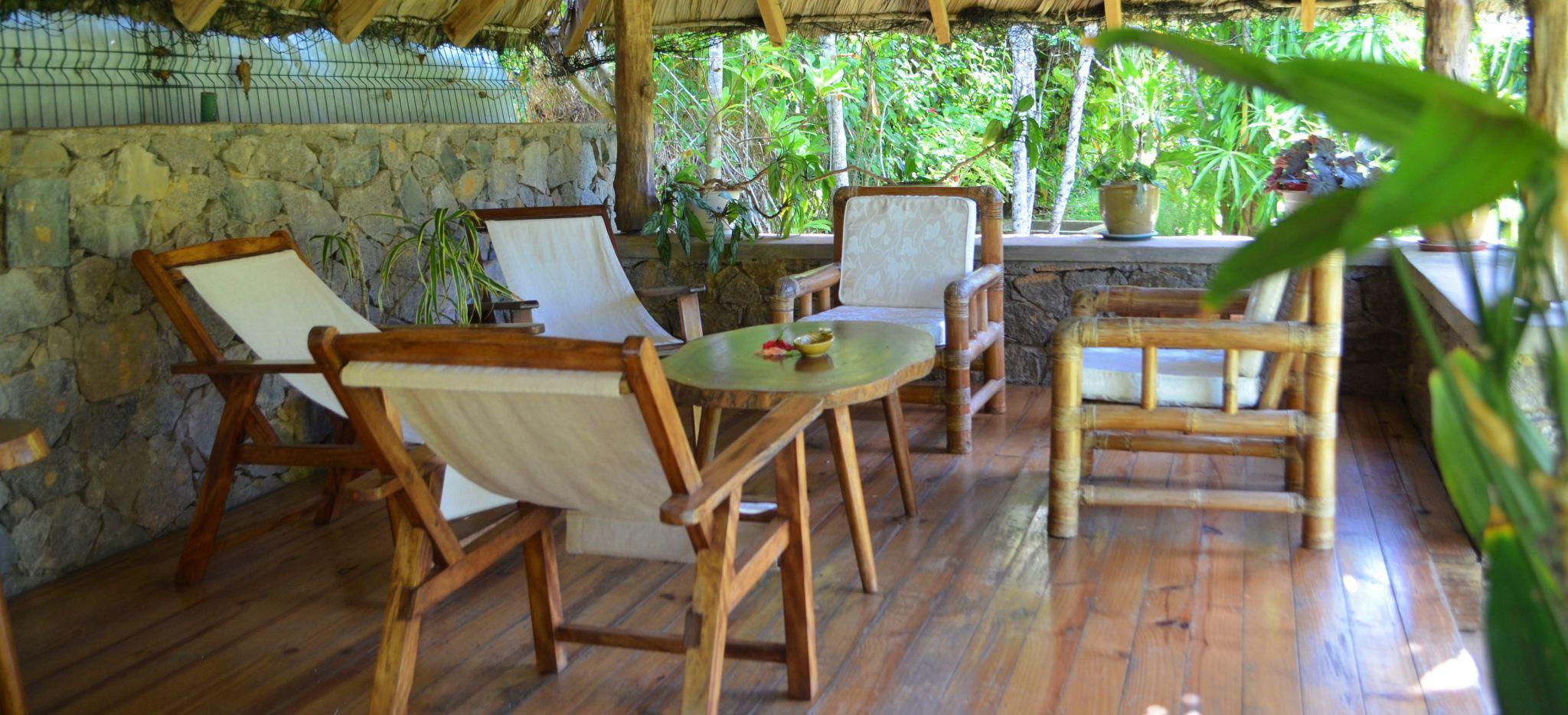 Gemütliche Stühle in einem Garten-Pavillon auf den Seychellen, im Gästehaus Villa Bambou