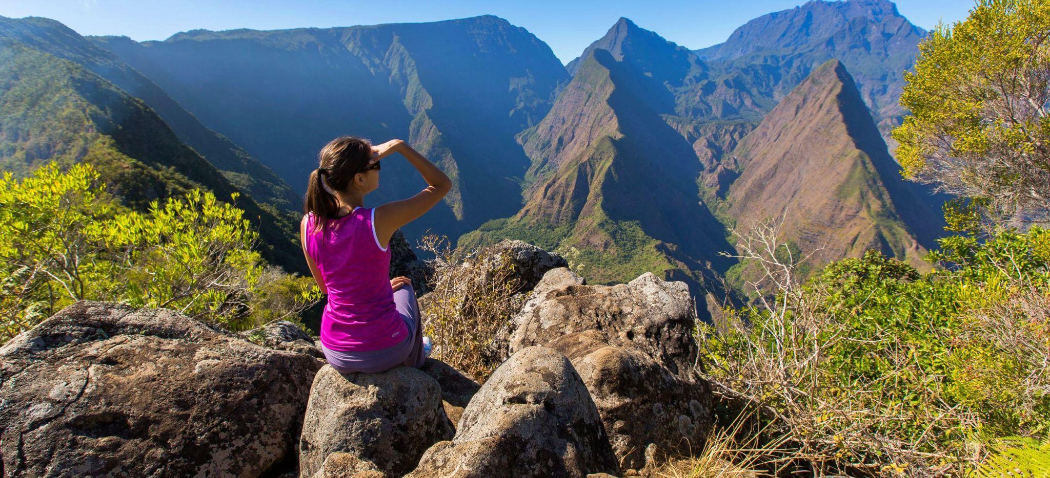 Frau genießt den Ausblick von dem Berg Montagne Mafate auf La Réunion