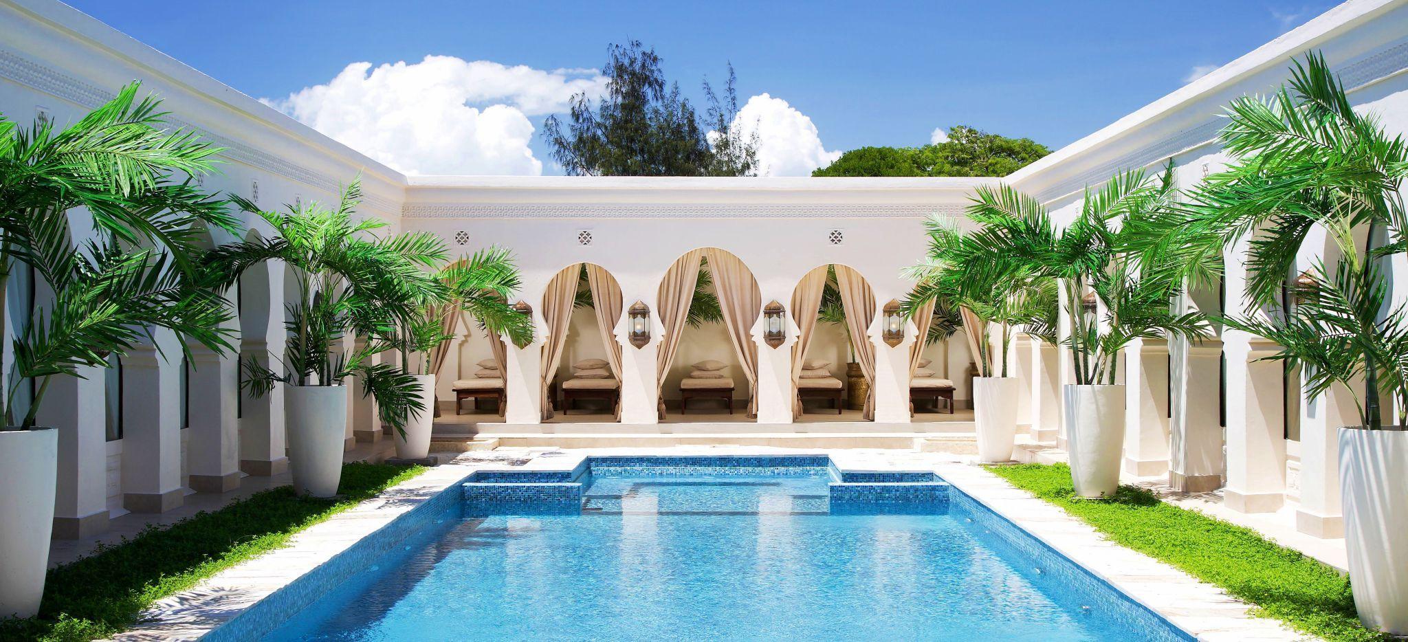 Ein Pool inmitten eines Marmor-Palastes im arabischen Stil
