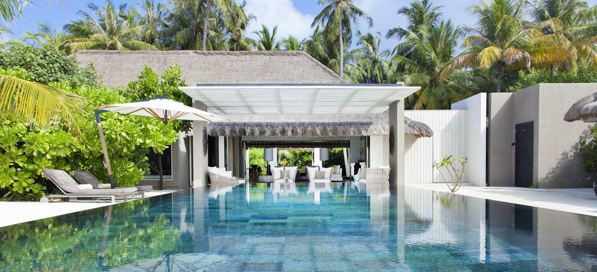 Ein langer, flacher Pool in einer Island Villa des Cheval Blanc Randheli