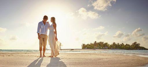 Brautpaar auf Hochzeitsreise vor der Sonne, Malediven