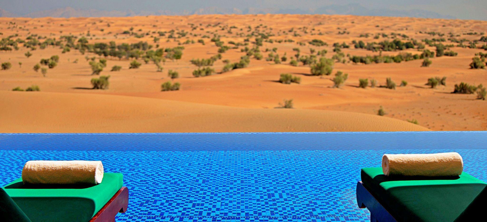 Der Pool einer Emirates Suite mit Blick auf die Wüste von Dubai
