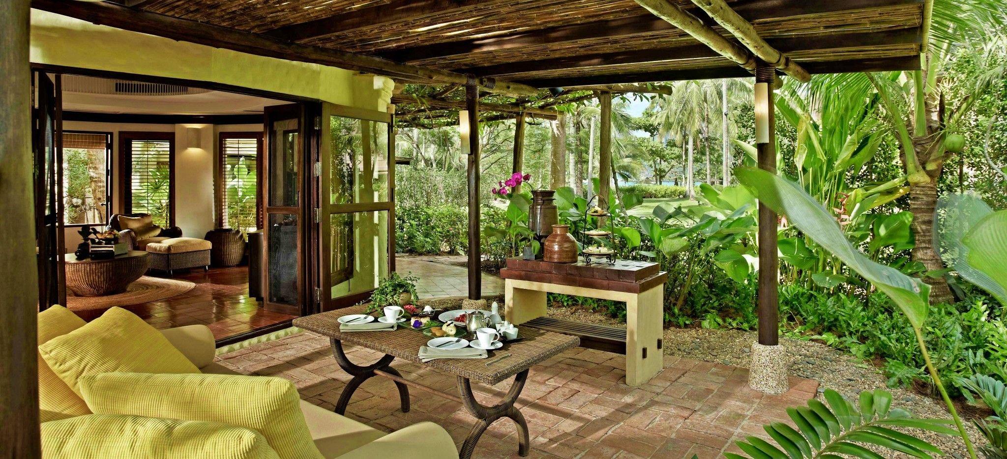 Eine Terrasse mitten im Dschungel vor einer Villa