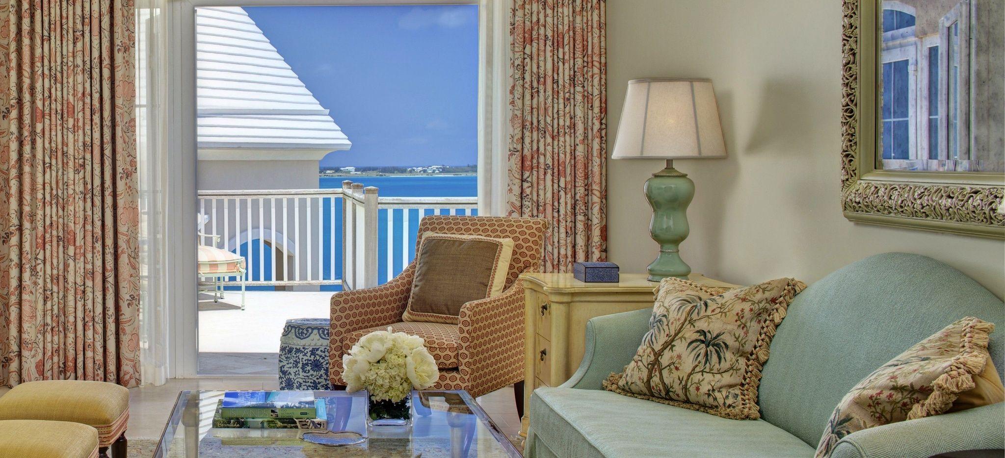 """Ein Hell eingerichtetes Wohnzimmer einer """"Manor House Suite"""" im Hotel Tucker's Point auf den Bermudas"""