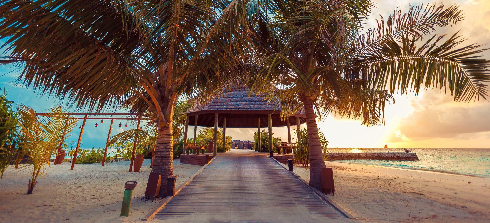 """Ein Pavillon als Zugang zum Hauptsteg des Hotels """"Lily Beach"""""""