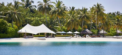 Ein paar große Zelte am Strand der Malediveninsel Conrad Maldives