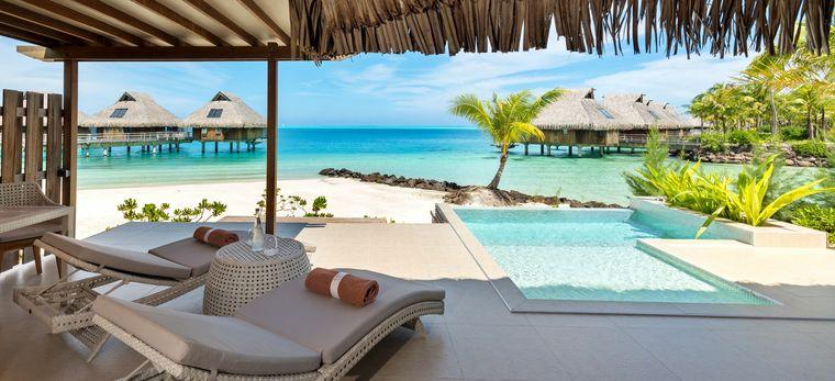 Eine Terrasse mit einem privaten Pool, mit direktem Zugang zum Strand