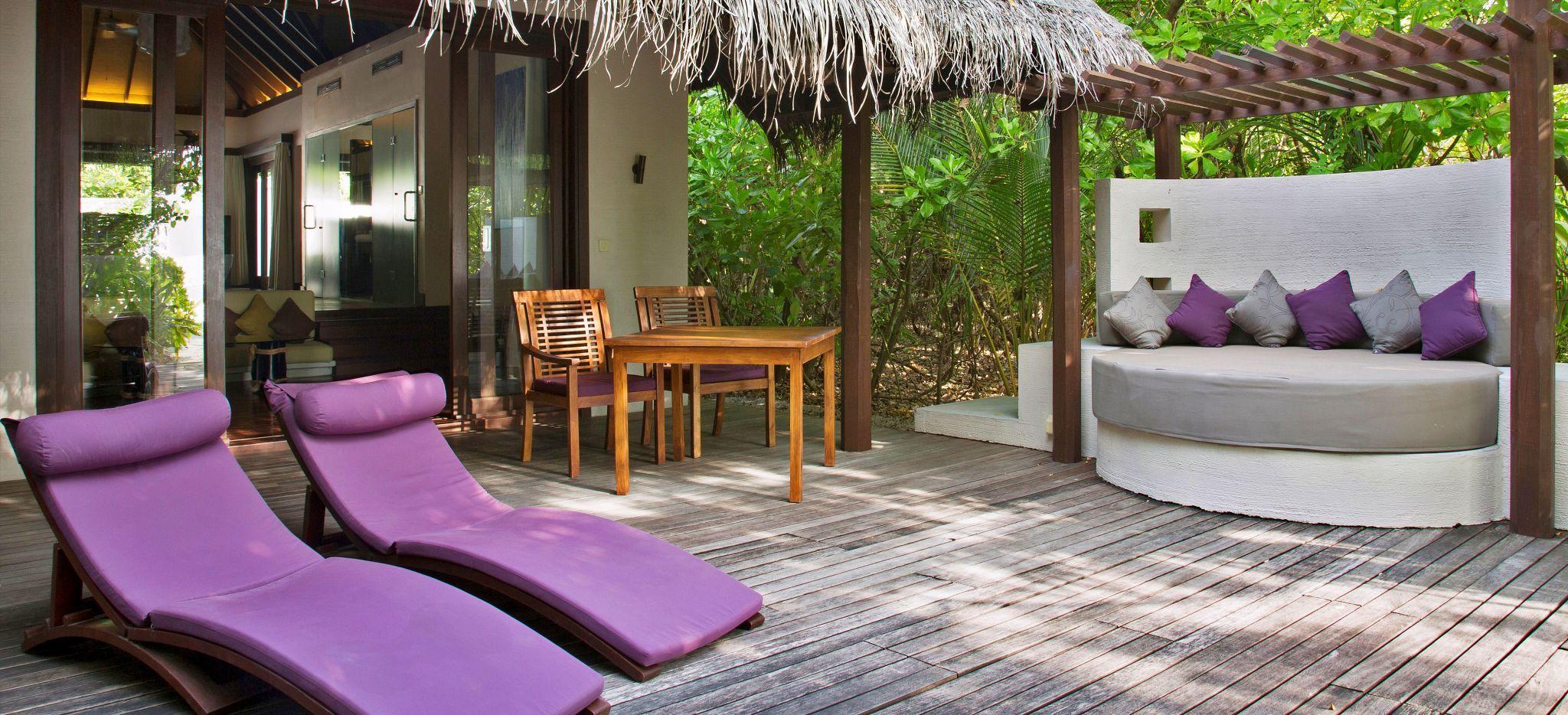 Ein Terrassenbereich auf Sand vor dem Hotelzimmer Island Villa im Hotel Coco Bodu Hithi